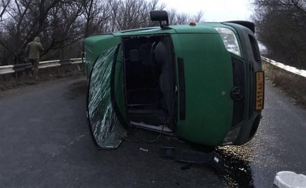 Под Горловкой перевернулся микроавтобус с пассажирами. И BMW врезался в столб: есть погибшие