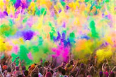 В Горловке прошел фестиваль красок: молодежь отрывалась на площади Победы
