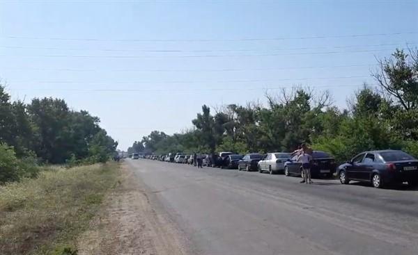 В Седово перед блокпостом многокилометровые очереди из желающих заехать на отдых (ВИДЕО)