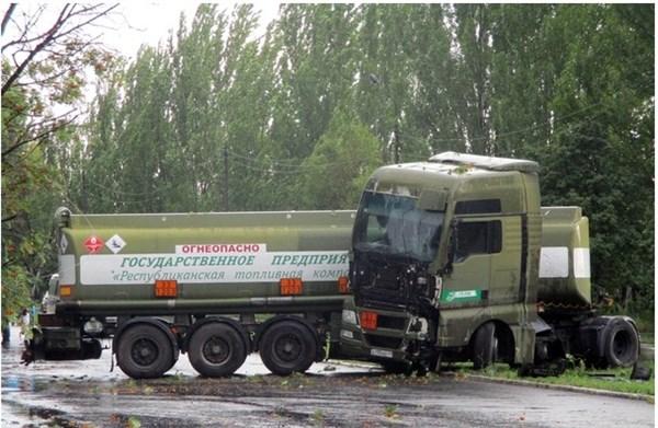 В Горловке по улице Интернациональной многотонный бензовоз не справился с управлением