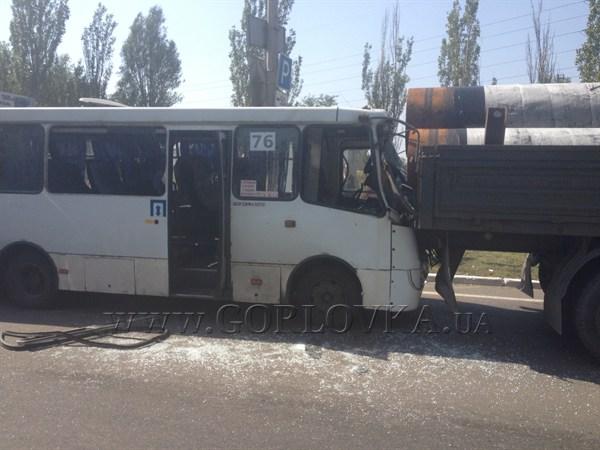 Авария на въезде в Горловку: Volvo протаранил 76-ую маршрутку. Двое человек госпитализировано