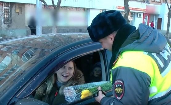 В Горловке местные сотрудники ГАИ поздравляли женщин за рулем: вот как это происходило