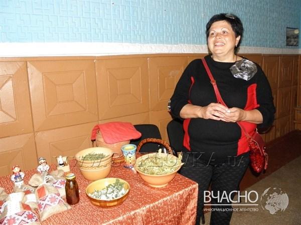 Переселенка из Горловки, занимающаяся фитотерапией, передает мастерство жителям Ямполя, где поселилась после оккупации