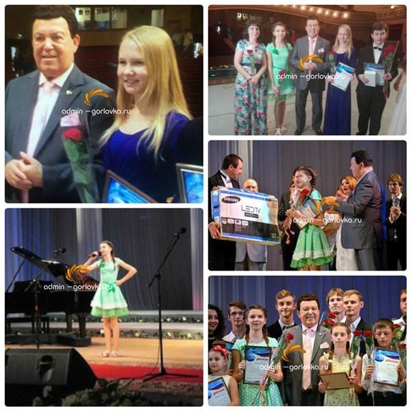 Две юных горловчанки спели вместе с Кобзоном на концерте в Донецке