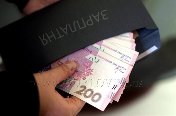 """Сотрудники горловского """"Стирола"""" ждут зарплату: в этом месяце выдали лишь часть за январь"""