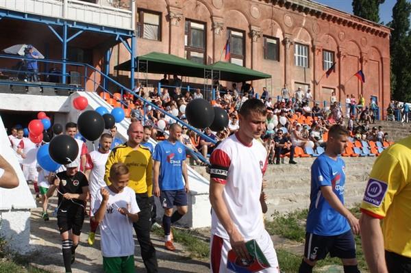 В Горловке провели первый чемпионата «ДНР»  по футболу. Его спонсор  Армен Саркисян