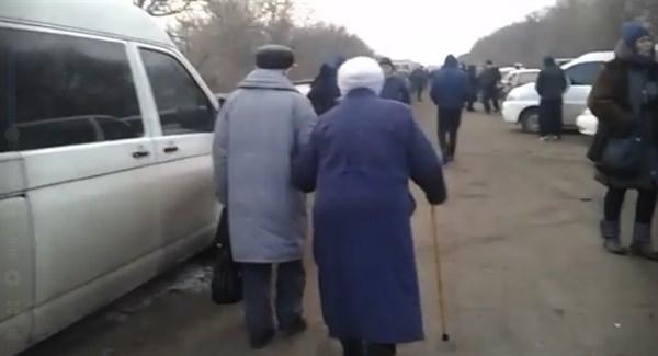 «Пенсионеры по два километра пешком идут до КППВ»: что происходит на Майорске?