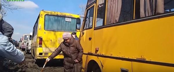 """Люди, автобусы, скандалы, грязь: что происходит на блокпосту от """"ДНР"""" в Горловке  (ВИДЕО)"""