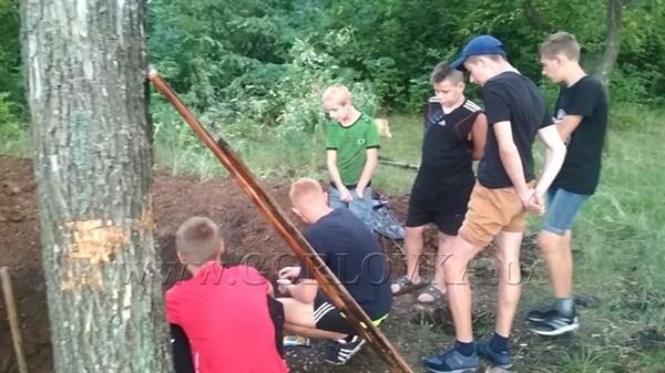 Подростки из Горловки на летних каникулах роют окопы (ФОТОФАКТ)