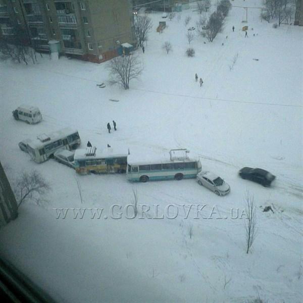 Из-за непогоды в Горловке произошло столкновение нескольких машин (ФОТО и ВИДЕО)