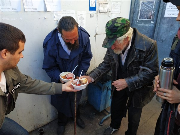 """""""Еда вместо бомб"""": волонтеры Горловки устроили акцию и накормили бездомных"""