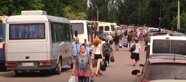 """В сети показали огромную очередь из желающих выехать и заехать через КПП """"Майорск"""""""