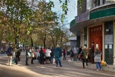 В Горловке выстроились огромные очереди к банкоматам (ФОТОФАКТ)