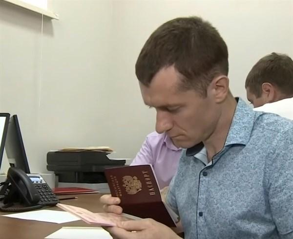 Российский паспорт - это объединение с русским миром: горловчанин радуется получению гражданства РФ