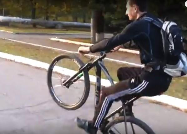 Горловчанин продемонстрировал мастерство езды на одном колесе