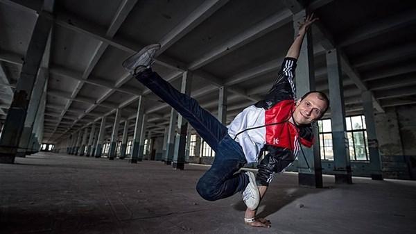 «Буду танцевать даже старичком». Юрист из Донецка стал легендой украинского хип-хопа