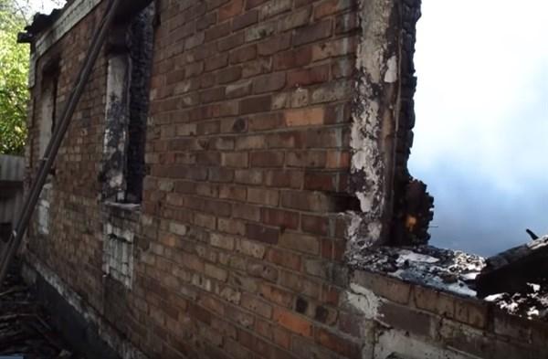 В Никитовском районе Горловке в результате обстрела сгорел дом: хозяин успел выбраться