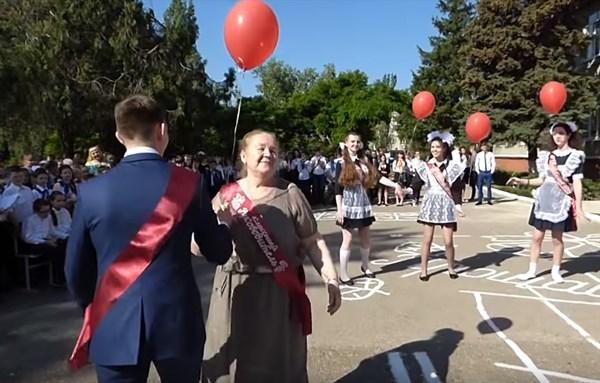 Последний звонок в Горловке: выпускники танцевали с классным руководителем и запускали шары в небо