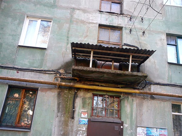 Чудо строение: как сотрудники ЖЭКА Горловки отремонтировали подъездный козырек (ФОТОФАКТ)