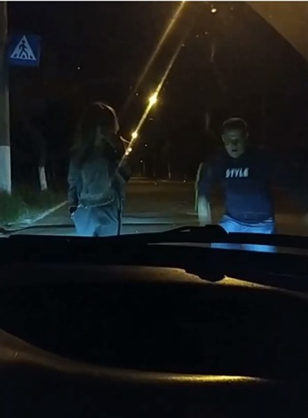На Youtube показали полицейского Горловки. Он танцевал ночью во время комендантского часа
