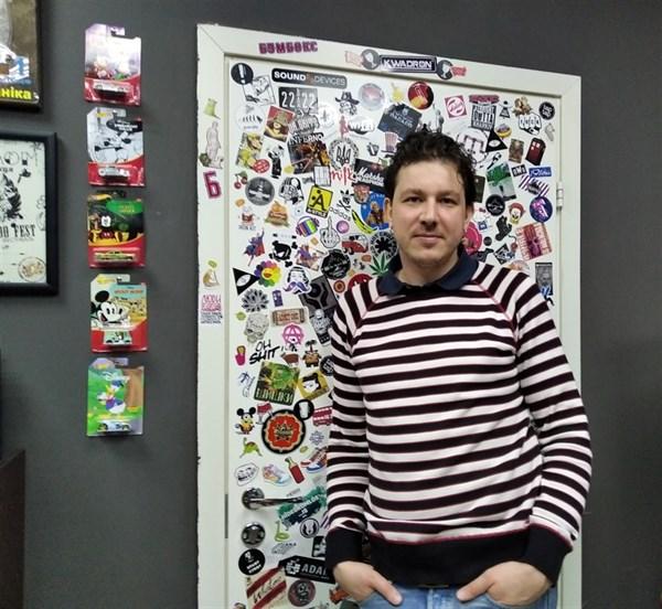Горловчанин Андрей Чуев со Строителей. Он стал известным тату-мастером и рисует на телах звезд