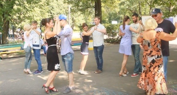 В Горловке учили танцевать аргентинское танго на улице