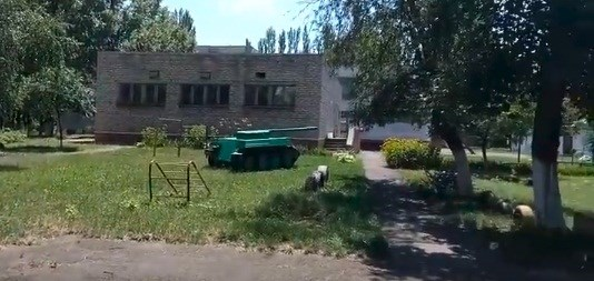 Танк в детском саду и крымские чебуреки: житель Горловки показал на видео жизнь 5-го квартала