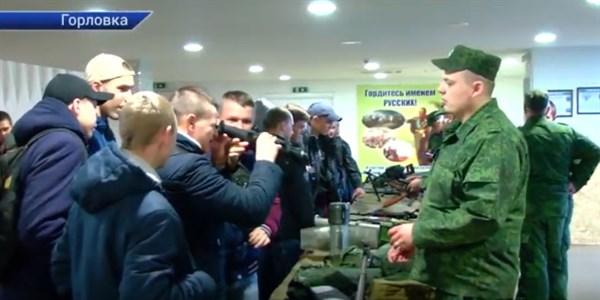 """Студентов оккупированной Горловки привлекают службой в группировке """"ДНР"""""""