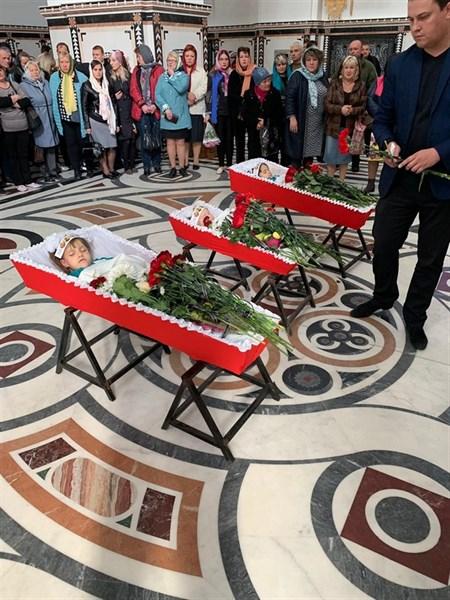 Мамы, погибших в пожаре детей в Горловке, не пришли на похороны. Опубликованы их фото