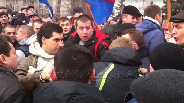 Бей своих, чтобы чужие боялись: митинг в Горловке чуть не перерос в массовую драку из-за доступа к микрофону (ОБНОВЛЕНО ВИДЕО)