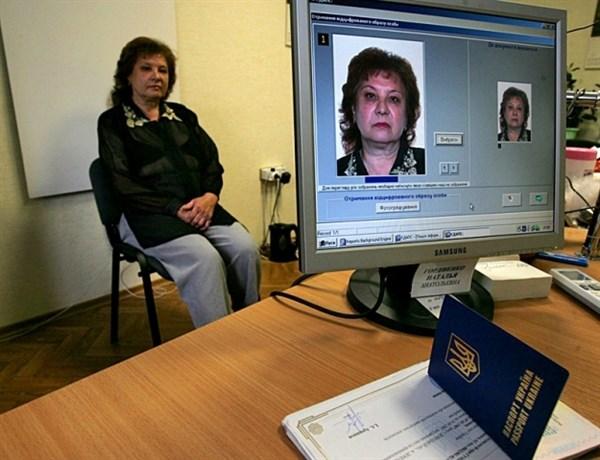 В Горловке за 400 долларов оформили паспорт-двойник. Начальник районного миграционного отдела подозревается в получении неправомерной выгоды