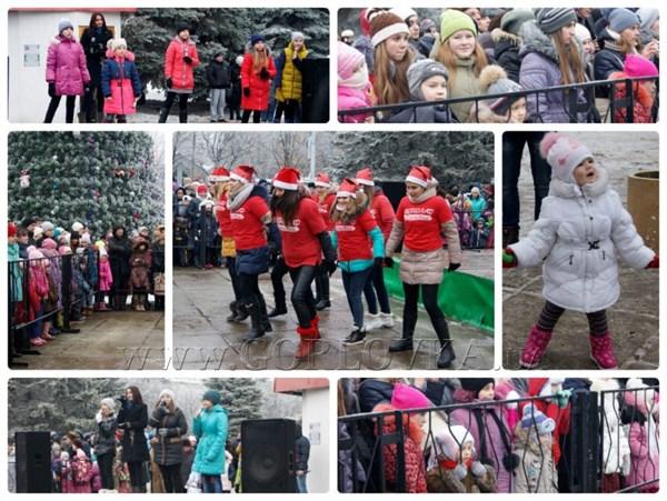Праздники продолжаются: в Горловке на главной елке развлекают народ танцами и конкурсами