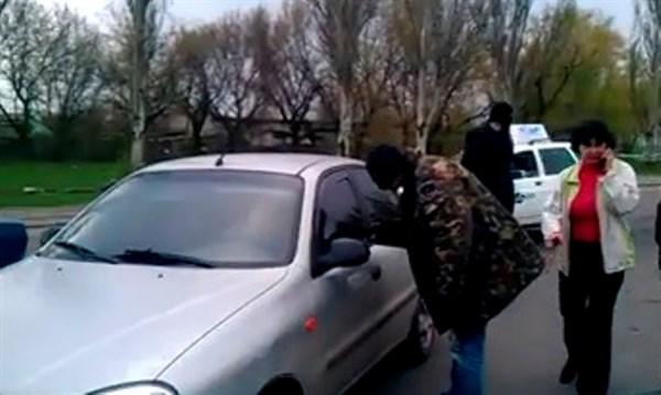 Под предлогом революции: в Горловке начали сводить личные счеты, разбивать машины и приписывать коренных горловчан к «Правому сектору» (ВИДЕО)