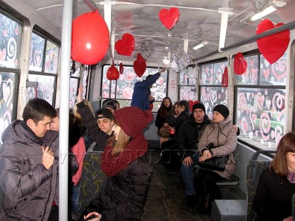 Влюбленные Горловки у всех на глазах целовались в трамвае, а затем  отправились на романтический ужин (ФОТОРЕПОРТАЖ)