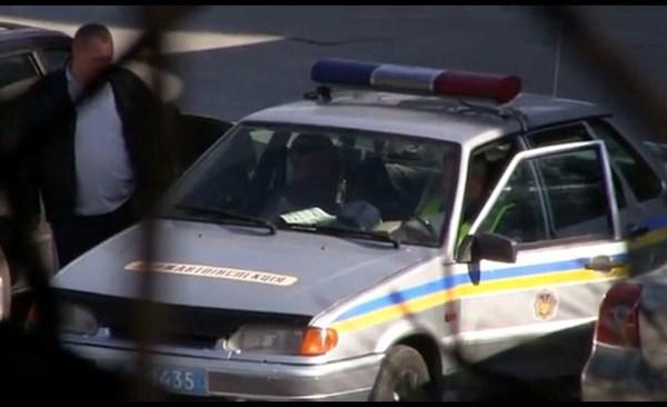 ГАИшника из Горловки, патрулирующего на дорогах Ялты, журналисты засняли на получении от водителей взяток и отправили видео министру МВД