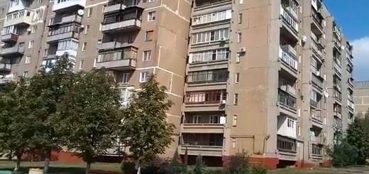 """Жилмассив """"Строитель"""" в Горловке: взорванный пешеходный мост, ведущий в никуда, выглядит символично"""