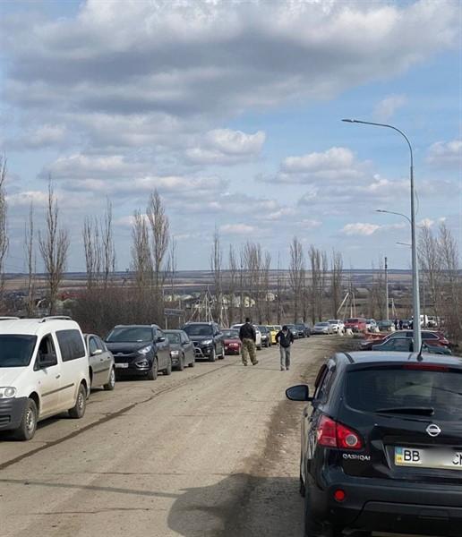 """Как жители """"ДНР"""" едут в Украину через границу РФ. Вот что там их ждет"""