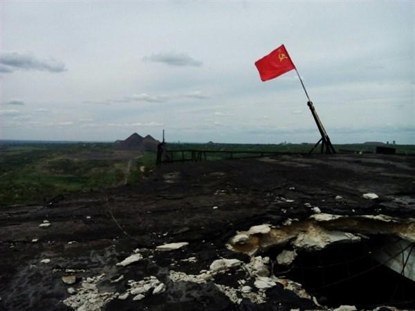 В Горловке над шахтой Гагарина развивается красный флаг с серпом и молотом