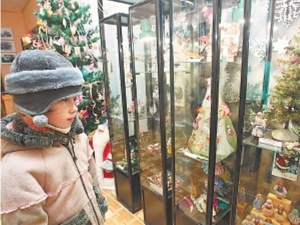 В историческом музее Горловки на Рождество можно потанцевать у раритетной елочки, украшенной игрушками разных эпох