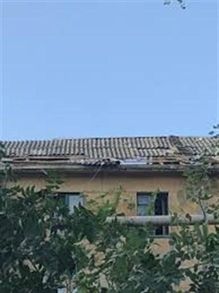В Горловке до сих пор латают крыши домов: задействованы сотрудники МЧС, потому что нет специалистов