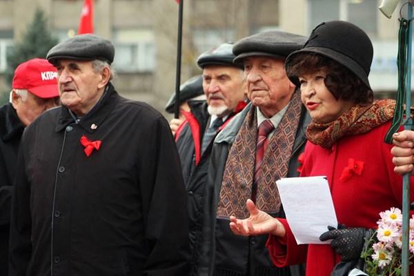 И юный октябрь впереди: в Горловке 84 человека митингом отметили 100-летие октябрьской революции