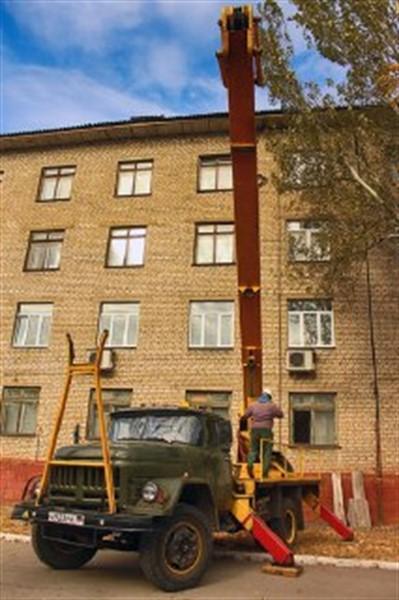 Сотрудники горловского роддома ремонтируют крышу за собственные деньги