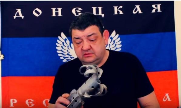 """Мэр Горловки от """"ДНР"""" показал осколок снаряда после обстрела Зайцево"""