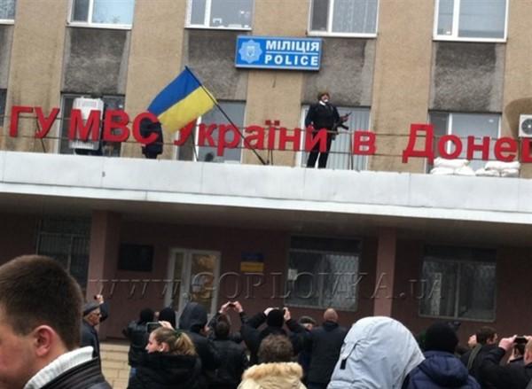 В Горловке обложили мешками с песком здание местной полиции по улице Петровского