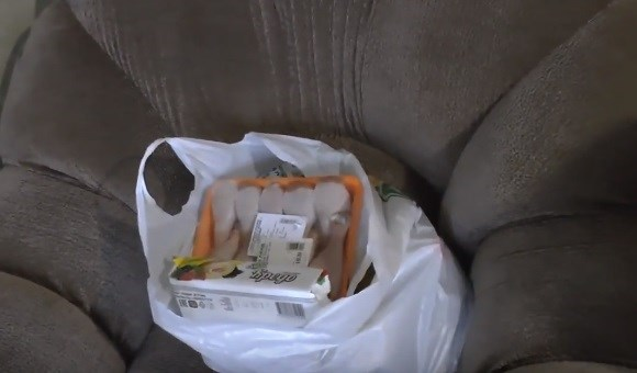 Жительнице Горловки передали продуктовый пакет от пенсионера из Москвы