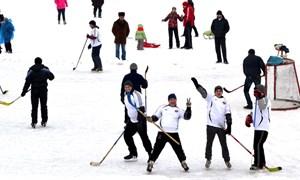 Зимние забавы в Горловке: хоккей, катание на коньках, лыжах и санках, спортивные конкурсы