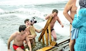 Крещенские купания в Горловке (прорубь на Короленковском пруду)