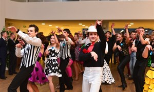 Рождественский бал: студенты Горловки танцевали мамбу и ламбаду под хиты-80-х