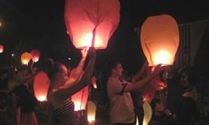 Ночное шоу: горловчане запускали сотни светящихся фонариков