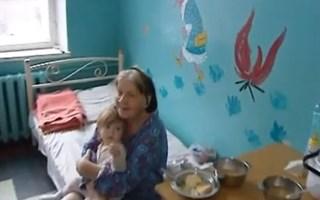 В Горловке мать кормила дочку клейстером